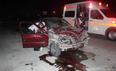 Chocó automóvil contra una grúa