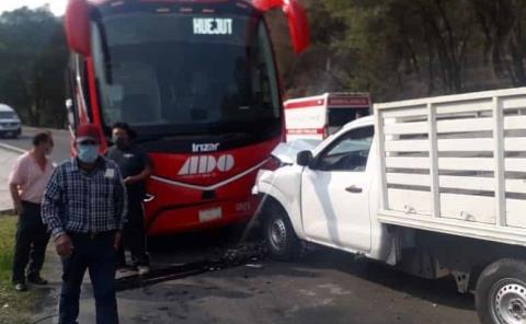 Choca autobús ADO contra camioneta en Mineral del Monte