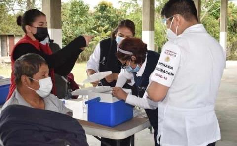 Aplican vacuna de refuerzo antiCovid