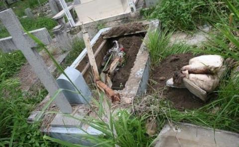 Restos expuestos en tumbas deterioradas
