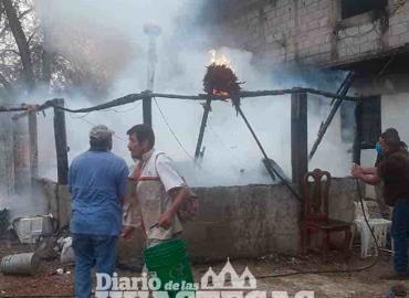 Incendio consumió vivienda y palapa