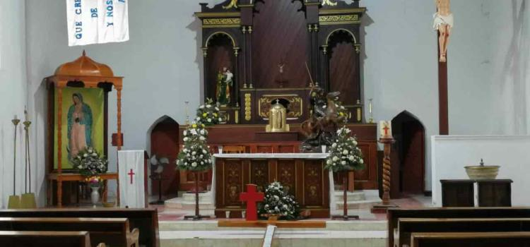 Cruz monumental luce en parroquia