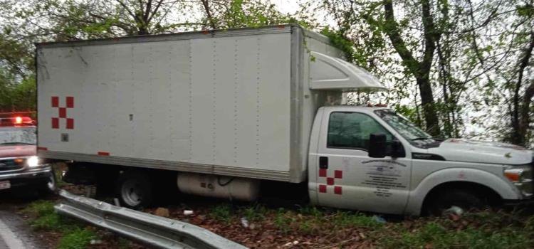 Racha de accidentes: derrapa camioneta y sale de la vía