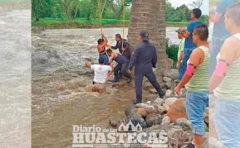 Rescatan a madre e  hijo atrapados en el río