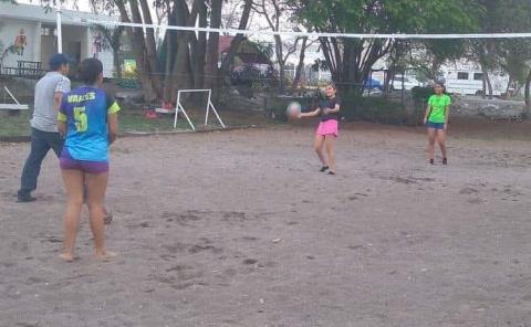 Equipo de voleibol playero entrena para ir al Nacional