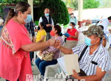 Docentes acuden a la aplicación de vacuna