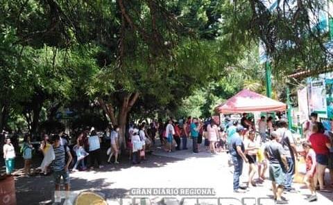 Gran afluencia de turistas en manantial