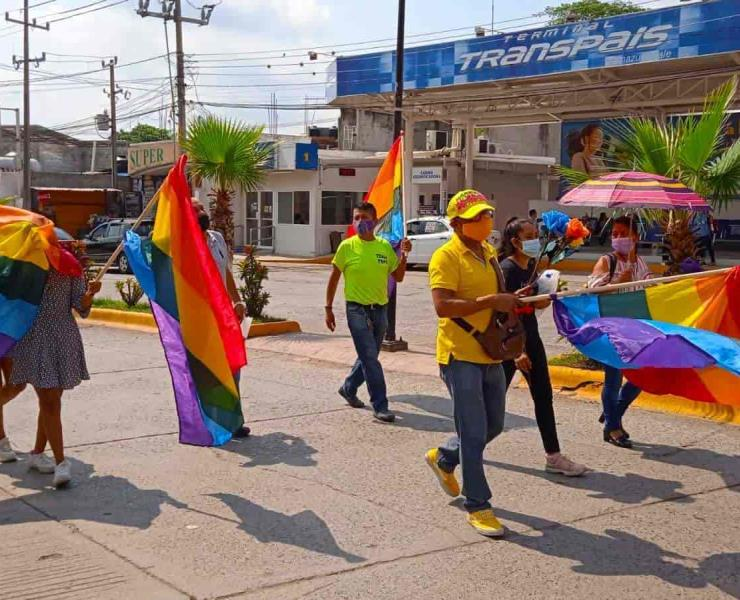Desfila comunidad LGBT en avenidas de Tamazunchale; piden respetar sus derechos