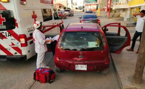 Mujer lesionada al chocar vehículos