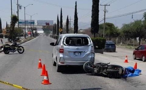 Muere motociclista al chocar contra vehículo
