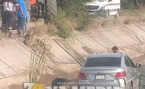 MUJER EN VEHÍCULO CAYÓ ENTRE CANAL