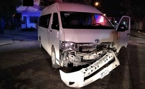 Aparatoso choque de auto y camioneta