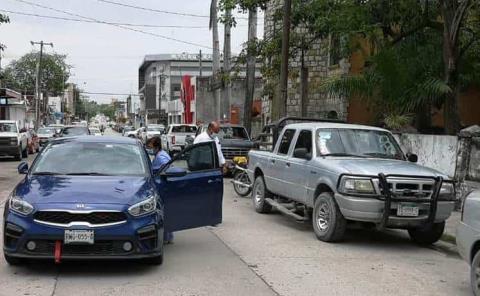 Aparatoso choque  de camioneta y auto