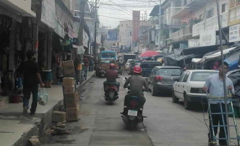 Calle invadida con mercancía