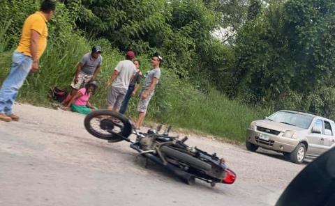 Mujer herida en derrape de moto