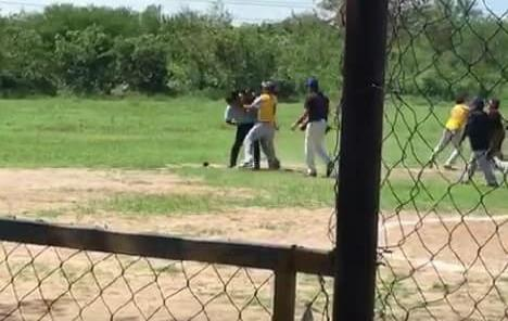 Agreden a umpire en juego de softbol