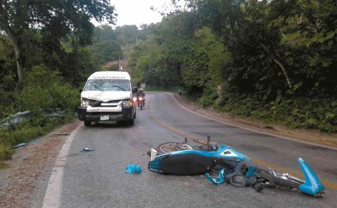 Por invadir carril, se impacta motociclista vs Urvan