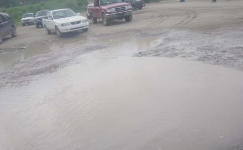 Estacionamiento inundado de lodo