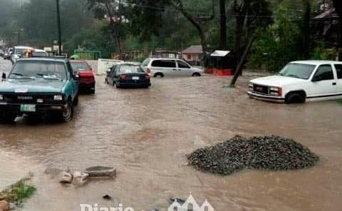 Se desborda canal de desagüe pluvial