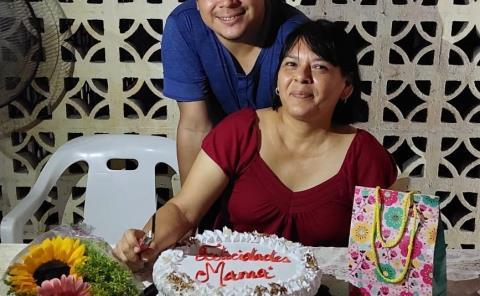 Abrazos y regalos para Juanita Mérida
