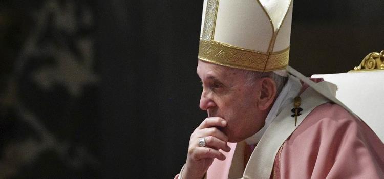 Hospitalizan al papa Francisco