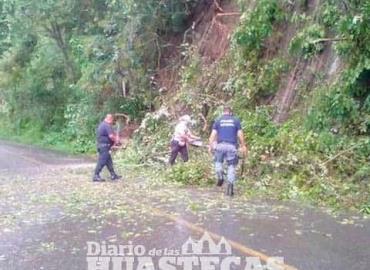 Tormenta afectó la vía Tehuetlán-Huazalingo