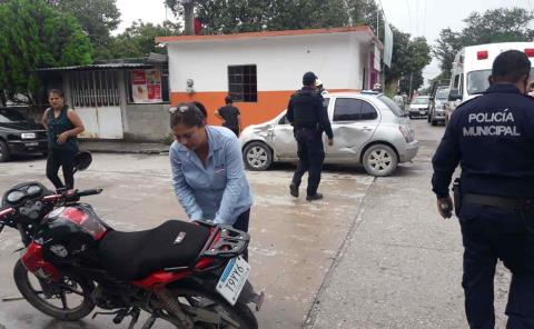 Aparatoso choque de moto y vehículo