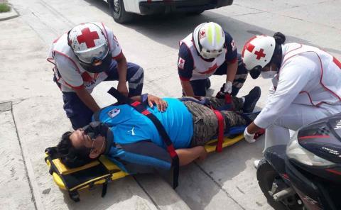 Repartidor cayó  de motocicleta
