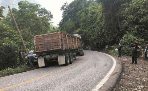 Aplastó tráiler a camioneta
