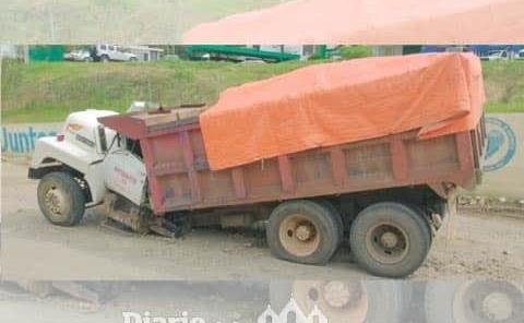 Camión de carga se partió en dos