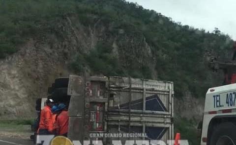 Camión naranjero sufrió percance