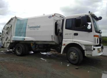 Camiones depositan basura en Ébano