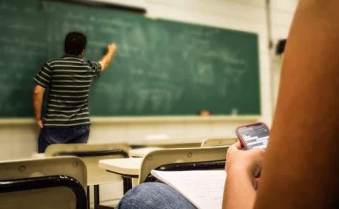 Dejan sin sueldo a los maestros