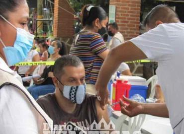 Aplican vacuna contra el Covid