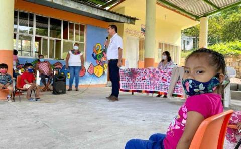 Entregan uniformes a escuelas indígenas
