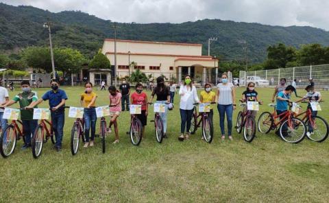 Beneficiaron a diez alumnos