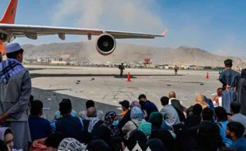 Caos en aeropuerto  de Kabul, 5 muertos