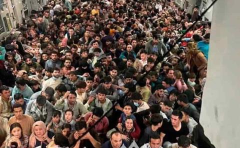 Más de 600 afganos  huyen en avión de EU