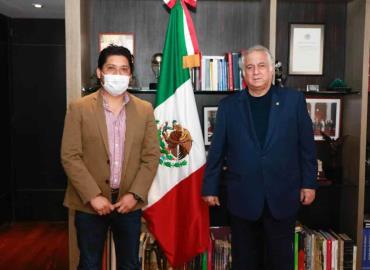 Óscar en reunión con funcionarios
