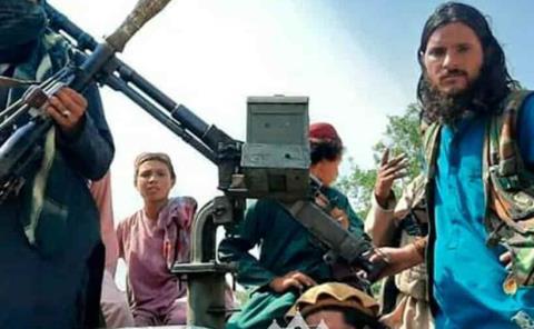 Talibanes ponen  a civiles a trabajar