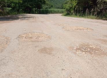 Llena de baches la carretera rural