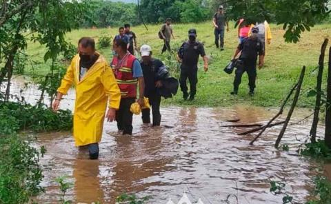 Rescatan a personas  atrapadas en afluentes