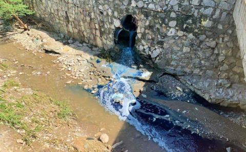 Emana agua azul de red de drenaje