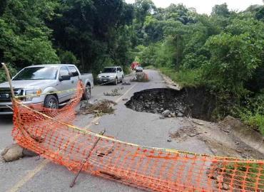 Carretera con serios daños tras huracán