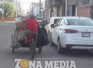Mujeres trabajan en recolectar residuos