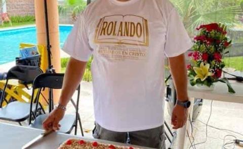 Rolando Hernández de manteles largos