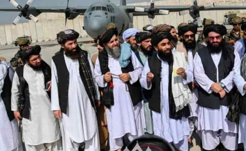 Talibanes desfilan triunfales en Kabul