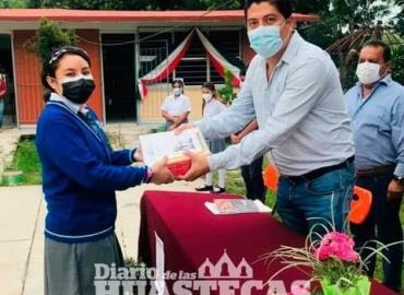 Alcalde realizó la entrega de libros