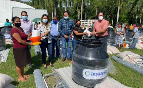 50 granjas dio el DIF a familias