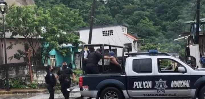 ATACÓ A POLICÍAS CON UN MACHETE